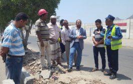 مدير البريقة يدشن إستئناف العمل في مشروع رصف الجزر الوسطية وممرات المشاة للشارع الرئيسي للمديرية
