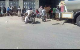 (بالصور) قوات الحزام الامني تواصل الاشراف على توزيع الغاز المنزلي بالسعر الرسمي بلحج