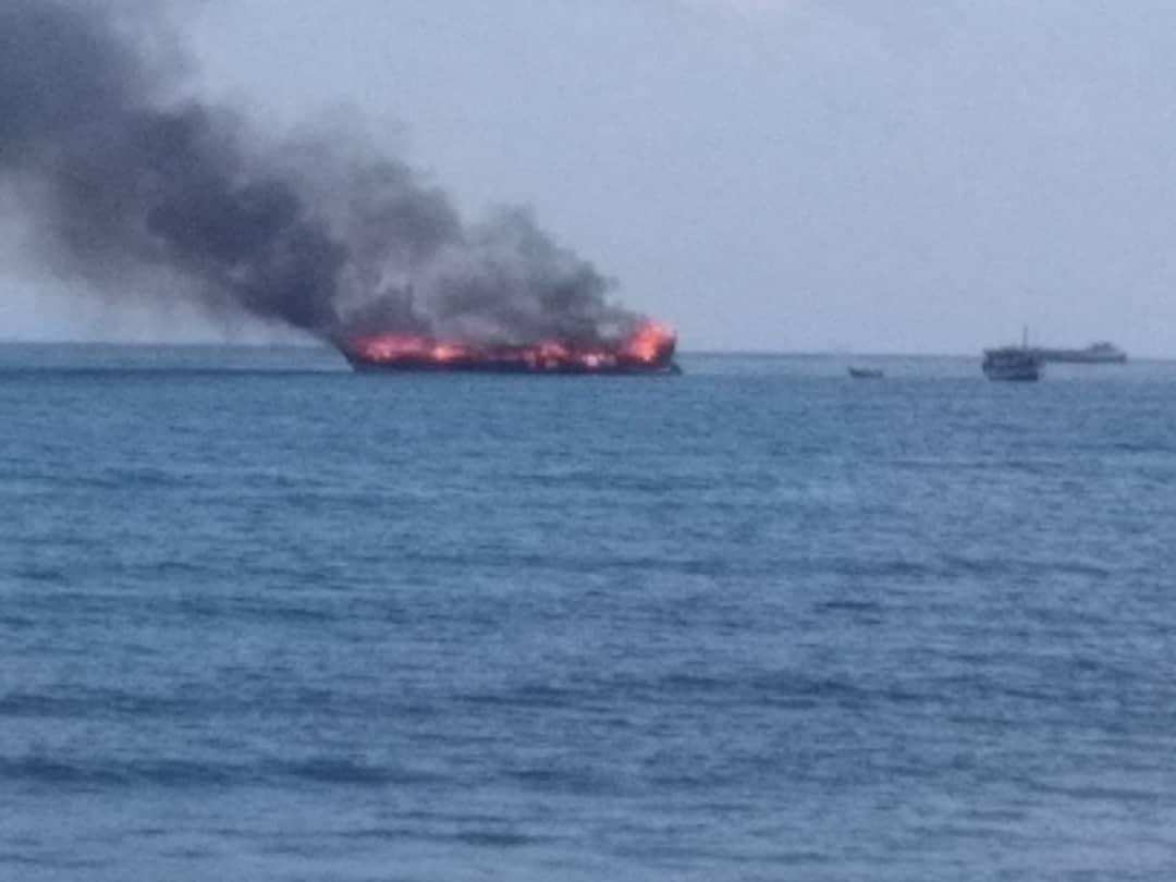 حريق يلتهم سفينة نقل بضائع في ارخبيل سقطرى