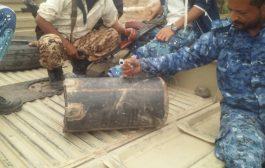 بالصور / قوات أمن لحج تفكك عبوة ناسفة مزروعة بطريق رئيسي في الحوطة