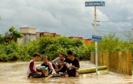 حصيلة ضحايا الفيضانات في إندونيسيا ترتفع إلى 59 قتيلا