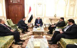 هادي يستمع من رئيس الوزراء الى شرح مفصل عن الاوضاع في المناطق المحررة