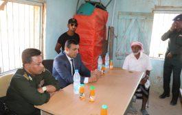 محافظ سقطرى ومدير عام شرطة المحافظة يتفقدان مركز النجدة ومصلحة الأحوال المدنية