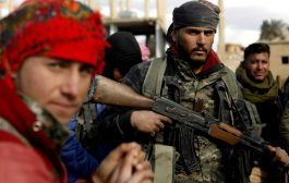 مدنيون ومقاتلون يسلمون أنفسهم الى قوات سوريا الديموقراطية في شرق سوريا