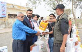 بتمويل من الاتحاد العام للمغتربين اليمنيين وتنفيذ منظمة الايادي النقية توزيع 500 سلة غذائية لنازحي لحج