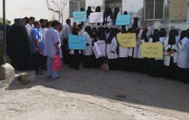 رفضآ المغالطات الإعلامية.. وقفة احتجاجية لكادر مستشفى المكلا للأمومة والطفولة