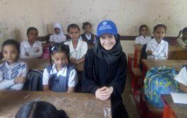 السيدة إيلينا مديرة المشروع بمنظمة الهجرة الدولية تزور المدارس المهدمة بلحج