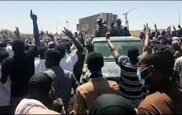 المئات من السودانيين يقتحمون بيت الضيافة الخاص بالبشير وسط الخرطوم