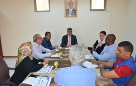 بحث دور المنظمات الدولية وتنسيقها مع الحكومة اليمنية بالتعامل مع المهاجرين الأفارقة