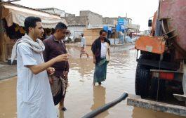 تنفيذ أعمال شفط مياه الأمطار في عدد من شوارع مديرية البريقة