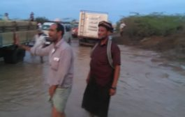 البحث عن جثة مواطن جرفته السيول وانتشال السيارات من منفذ وادي حسان بأبين