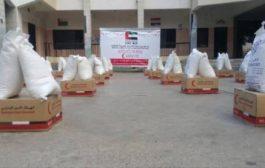 توزيع سلل غذائية مقدمة من الإمارات لأسر شهداء مديرية التواهي بعدن