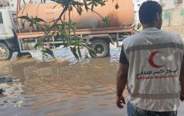 الهلال الاحمر الامارات يطلق حملة استجابة عاجلة لتقديم لشفط مياه الامطار في محافظة عدن ومساعدت النازحين في محافظتي عدن ولحج