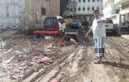 إزالة مخلفات الأمطار في كريتر على نفقة رجل الخير ابو حاتم بانافع