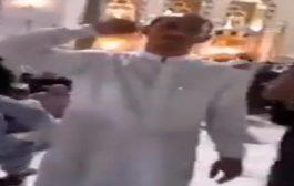 حاج حوثي يؤدي الصرخة امام الكعبة.. فيديو
