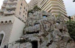 """مهندسان ينحتان فيلا """"صديقة للبيئة"""" داخل صخرة"""