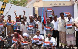 مواطنون يجددون وقفتهم الاحتجاجية مطالبين برحيل وزير مخرجات الحوار اليمني من المكلا