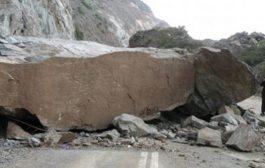 إنهيار صخري يلحق أضراراً مادية بمنازل سكان قرية في ابين