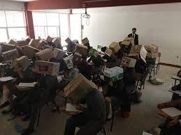 مدرس يمنع الغش بوضع صناديق على رؤوس الطلاب!