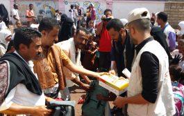 الهلال الأحمر الإماراتي يوزع حقائب مدرسية لأبناء شهداء مسيمير لحج.