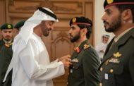 الشيخ محمد بن زايد يقلد قائد التحالف العربي بالساحل الغربي ابو عمر الطنيجي وسام المجد