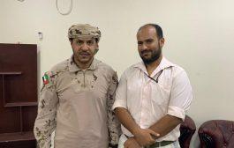 قائد قوات التحالف في عدن يكرم  الشهيد العقيد طيار خالد هتاري