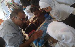 بدعم من منظمة رعاية الأطفال مدير مكتب التربية والتعليم لحج يدشن توزيع الحقيبة المدرسية