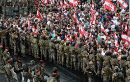 اللبنانيون يفترشون الشوارع رغم محاولة الجيش فتح بعض الطرق بالقوة