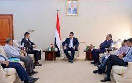 الحكومة اليمنية تحمّل غريفيث مسؤولية الهجوم على وفدها في الحديدة