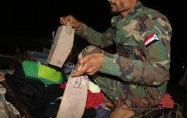 جنود نقطة دوفس بأبين يلقون القبض على ارهابيين بحوزتهم عبوات ناسفة