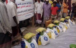 انتقالي بروم ميفع يدشن توزيع السلل الغذائية لأسر الشهداء والجرحى والأشد فقراً
