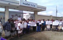 معلمين ومعلمات المحافظات المحرره ينفذون وقفة احتجاجية أمام وزارة المالية بعدن