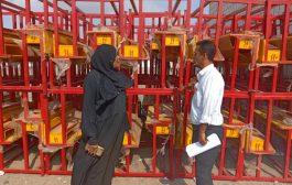مكتب التربية والتعليم بالبريقة يتسلم أثاث مدرسية المقدمة من منظمة اليونيسف