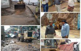 مدير صندوق النظافة  بعدن يشرف على أعمال رفع مخلفات الأمطار وفتح الطرق