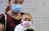 ام تتوفى بكورونا.. وطفلها يحتضنها ل12 ساعة لوحده