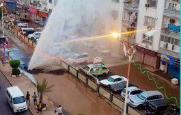 شاهد انفجار أنبوب ضخ المياه بالمعلا..وإمتلاء الشارع