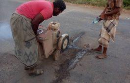 شركة الأسمنت بأبين تتبنى دعم صيانة طريق جعار _باتيس ومشروع الصرف الصحي لمنطقة اللكيدة