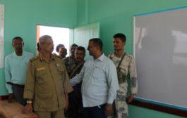 اللواء الركن احمد تركي ومدير تربية لحج يفتتحان فصول مدرسية بالشظيف.