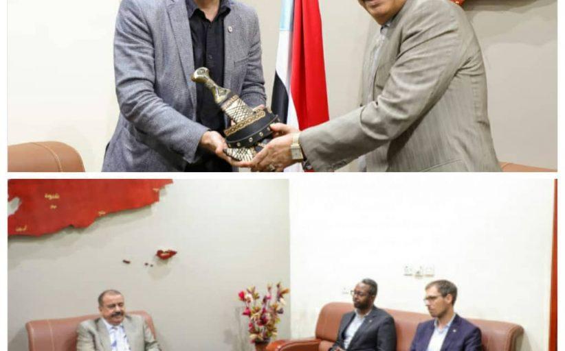 بن بريك يستقبل رئيس الصليب الأحمر الجديد ويهدي نائب رئيس البعثة السابق خنجر يمني