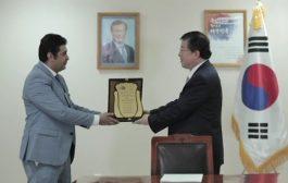 منظمة رسل السلام تمنح سفير كوريا الجنوبية في اليمن وسامها