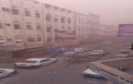 موجة غُبار مصحوبة بالرياح تجتاح العاصمة عدن