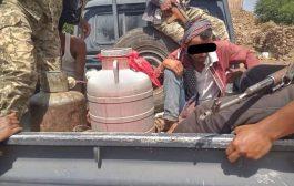 الحزام الأمني بالضالع يداهم مكان لتوزيع الخمور في الحصين