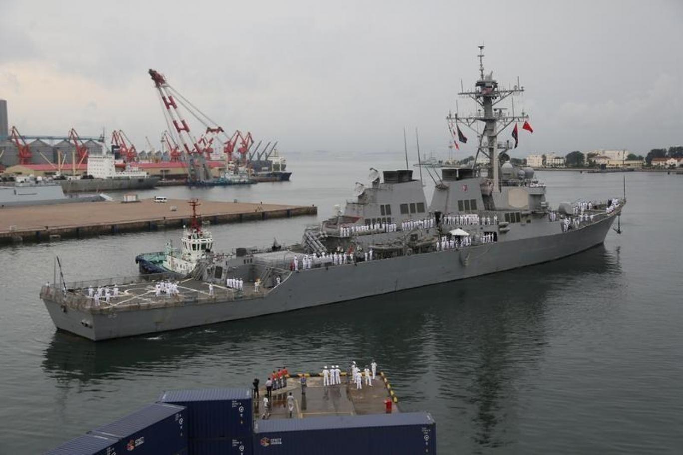البحرية الاميركية تفقد 8 افراد في غرق سفينة هجومية