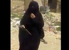 بالفيديو : إمرأة تبكي بحرقة جراء ما حدث لها من مشرف حوثي