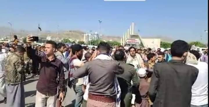 تداعيات مقتل الأغبري تتصاعد : حشود لمواطنين في ميدان السبعين بصنعاء