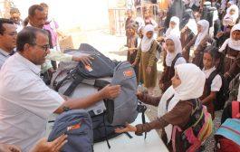 تربية لحج تدشن توزيع الحقيبة المدرسية المقدمة من الشركة الوطنية للأسمنت
