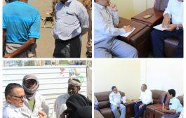رئيس الوحدة التنفيذية يزور المخا ويلتقي السلطة المحلية فيها  ويؤكد الإهتمام بتحسين أوضاع النازحين في المديرية