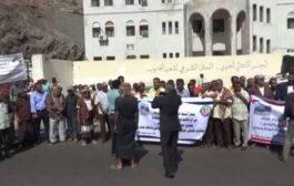 وقفة احتجاجية لموظفي شركة النفط بعدن أمام المحكمة التجارية للمطالبة باستعادة منشأة كالتكس للتموين