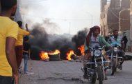 سكان حوطة لحج يحتجون ويشعلون الاطارات على طريق مدخل المدينة