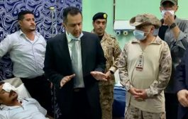 رئيس الحكومة يزور جرحى تفجير المطار ..ويوجه بصرف تعويضات لأسر الشهداء والجرحى